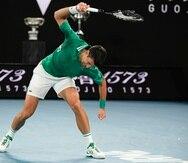 Novak Djokovic dejó ver su frustración en el segundo juego del tercer parcial, cuando rompió su raqueta como consecuencia de la solvencia de Alexander Zverev.
