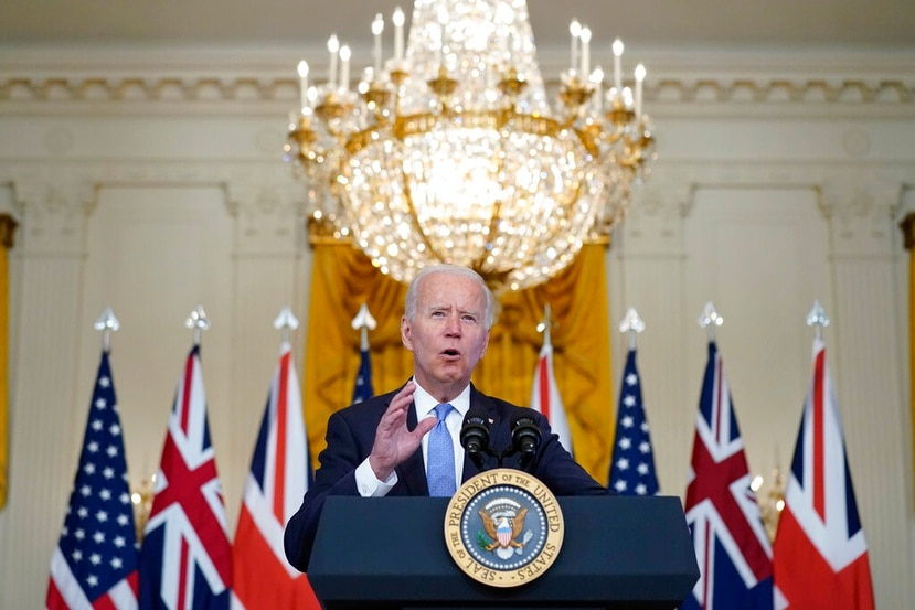 En sus comentarios, el presidente Joe Biden (arriba) dijo que Estados Unidos también aumentaría su financiamiento a los grupos de ayuda global que están administrando inyecciones.