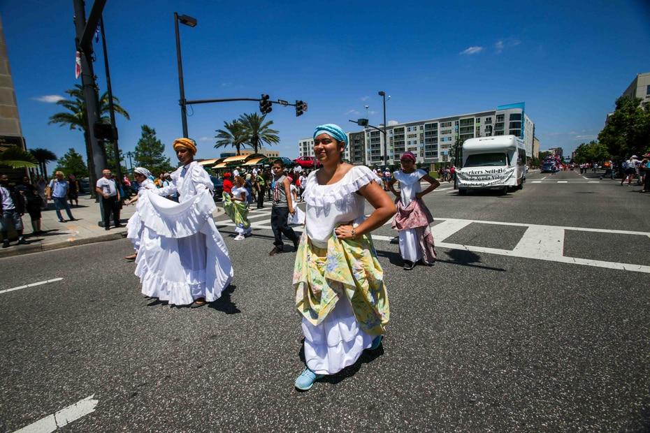 Pleneros y grupos de salsa pregonaron sus soneos a lo ancho y a lo largo de avenida Orange.