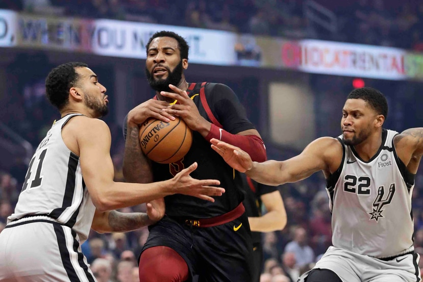 Andre Drummond, de los Cavaliers de Cleveland, se cuela entre Trey Lyles (izquierda) y Rudy Gay, de los Spurs de San Antonio. (AP)