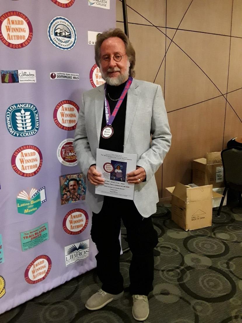 Eddie Ferraioli destaca la importancia de este premio que reconoce la literatura en español publicada en los Estados Unidos.