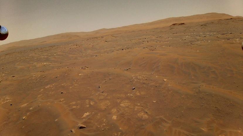 Esta fotografía del 22 de mayo de 2021 facilitada por la NASA muestra la superficie de Marte tomada por el helicóptero Ingenuity a 10 metros (33 pies) de altura en su sexto vuelo sobre el planeta rojo.