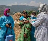 Una trabajadora de salud administra una dosis de la vacuna contra el COVID-19 desarrollada por AstraZeneca.