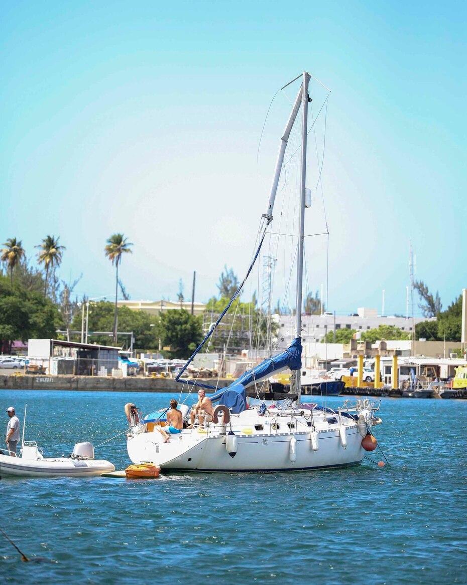 La nave, de la aerolínea Vieques AirLink, se estrelló contra el mastil de este velero antes de caer al agua.
