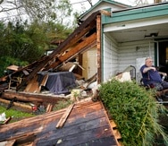 Chris Johnson, quien pasó el huracán en su hogar, ve la destrucción en Lake Charles, Luisiana.
