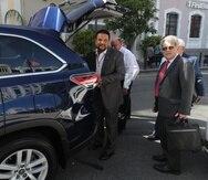 El monitor Arnaldo Claudio llega a la vista junto a su asesor Federico Hernández Denton.