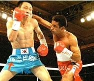 Wilfredo Vázquez (der.) golpea el rostro de Choi Jae-Won en un pelea celebrada en Las Vegas en 1994. (GFR Media)