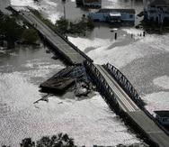 Una barcaza dañó un puente que separa Lafitte, Luisiana, y Jean Lafitte tras el paso del huracán Ida, el 30 de agosto de 2021, en Luisiana. (AP Foto/David J. Phillip)