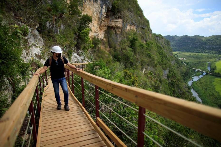 El paseo tipo puente tiene una extensión de unos 280 a 300 pies y fue construido en madera y acero.