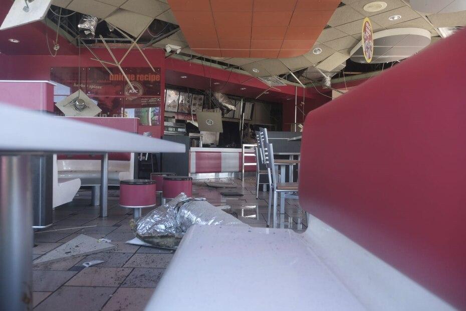 El techo del restaurante de comida rápida colapsó.
