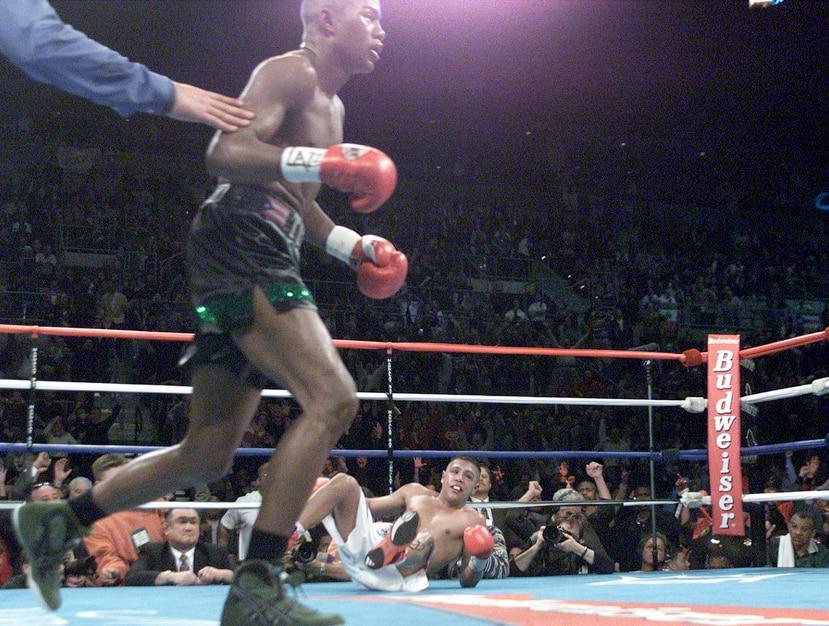 Trinidad se dirige hacia su esquina luego de derribar a Fernando Vargas durante la pelea del 2 de diciembre del 2000. (GFR Media)