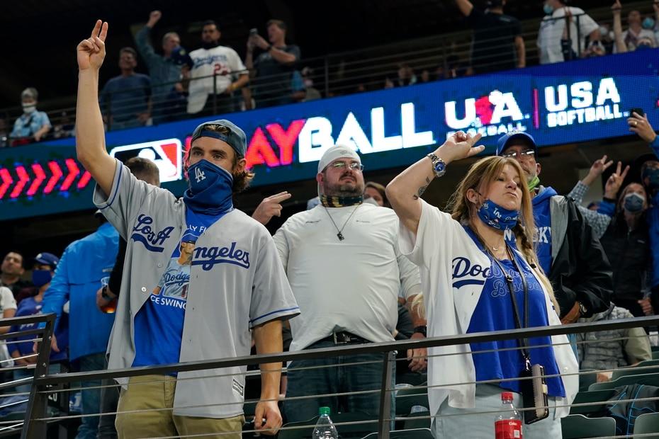 En la séptima entrada, los seguidores de los Dodgers comenzaron a celebrar anticipadamente con su equipo en la delantera.
