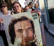 Una fan aguanta un poster de Camilo Sesto luego de la muerte del cantante español el pasado mes de septiembre. (AP)