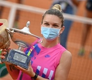 Simona Halep posa con su trofeo.