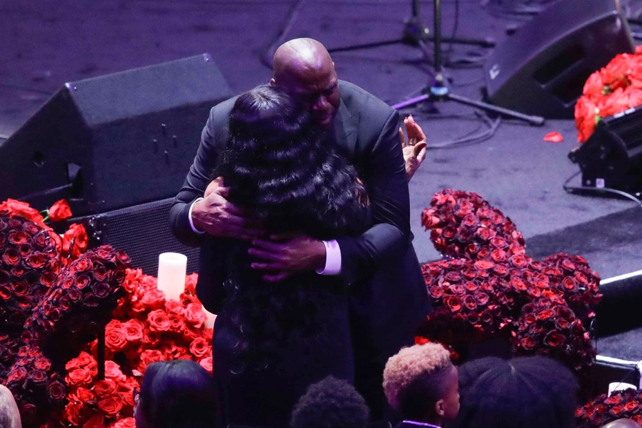 Magic Johnson abraza a Pam Bryant, madre del fenecido canastero. (AP)