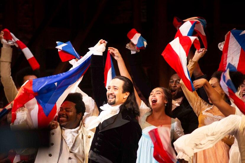 Todos los integrantes del elenco del musical, escrito por el dramaturgo Lin-Manuel Miranda sacaron una bandera de Puerto Rico para agitarla.