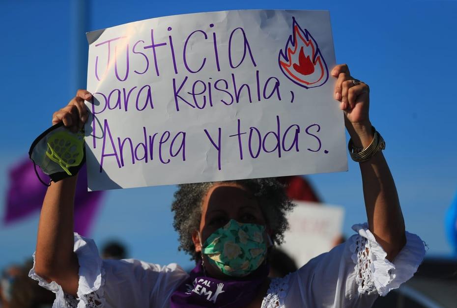 """Una pancarta lee """"Justicia para Keishla, Andrea y todas"""", durante la manifestación de esta tarde."""