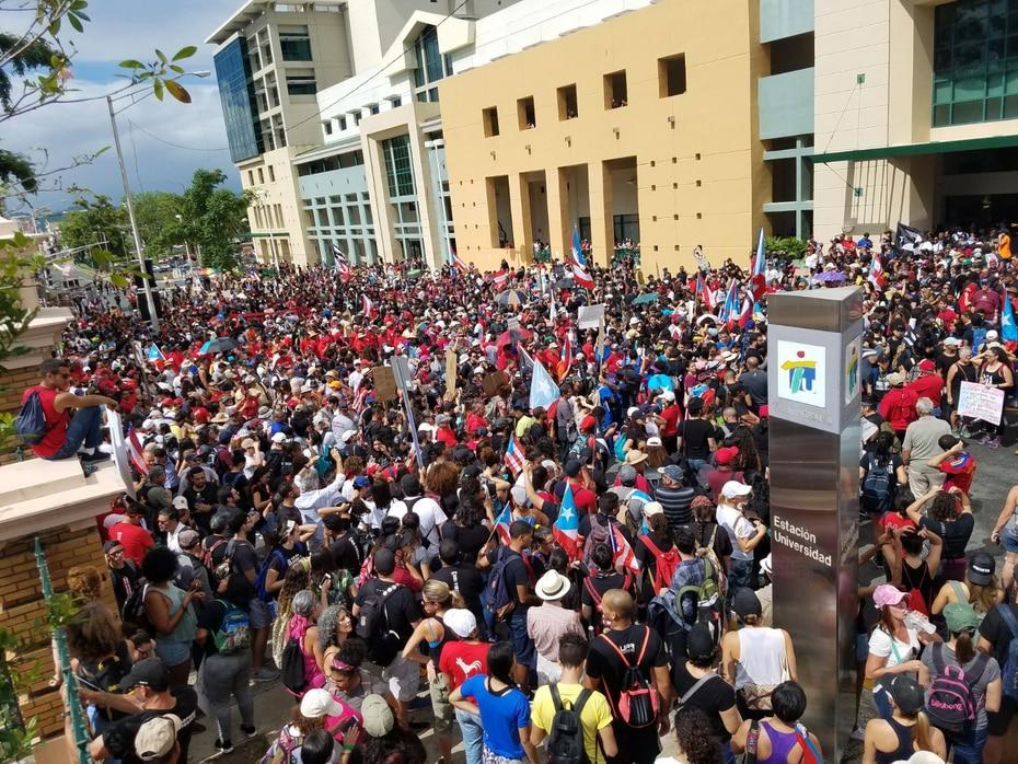 Cientos de estudiantes de la Universidad de Puerto Rico también se unieron al paro en repudio al aumento en la matrícula y el costo de los créditos. En la foto, se observa a los manifestantes frente al recinto de Río Piedras. (GFR Media)
