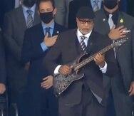 Bernie Williams, a la derecha, mientras interpreta el himno de Estados Unidos en Cooperstown.