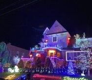 En Dycker Heights la competencia de sus residentes por tener la casa mejor decorada e iluminada con motivos navideños se ha convertido en una atracción turística. (EFE)