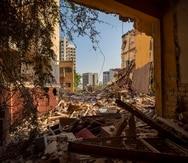 Edificios destruidos por la explosión, vistos desde una habitación dañada, en un vecindario próximo al puerto, en Beirut, Líbano.