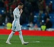 Sergio Ramos sale decepcionado del terreno tras la derrota del Real Madrid. (AP)
