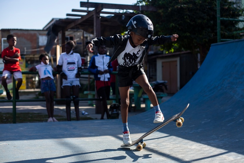 Ana Júlia dos Santos, de ocho años, sueña con llegar a ser campeona olímpica de skateboarding, mientras toma una clase de la disciplina como parte del proyecto social CDD Skate Arte en un parque público en la favela Cidade de Deus, en Río de Janeiro, Brasil.