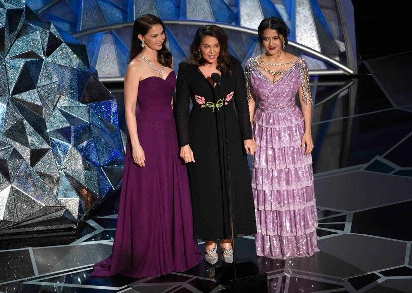 De izquierda a derecha, Ashely Judd, Annabella Sciorra y Salma Hayek durante la ceremonia de entregade premios Oscar.  (AP)