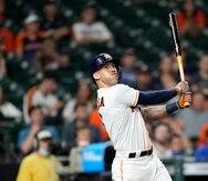 Carlos Correa, de los Astros, observa su jonrón que empató el partido en la novena entrada contra los Rangers.