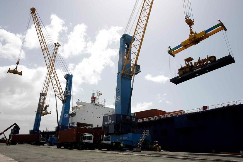 Bajo las normas federales de cabotaje, el transporte de carga marítima entre EE.UU. y Puerto Rico tiene que hacerse en barcos que son construidos, propiedad, de bandera y con tripulación estadounidenses.