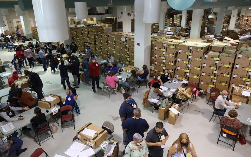 Imagen de empleados de la CEE haciendo el conteo de votos de Guánica.