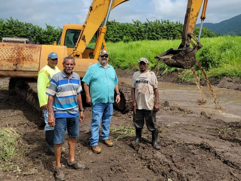 El secretario de Agricultura (al centro con camisa azul), Ramón González Beiró, aseguró que con el esfuerzo de limpieza de los canales de Maunabo se benefician más de 90 agricultores. El 90% de las siembras en los terrenos en dicho municipio son de plátano y un 10% de ñame, yautía, batata, yuca, ajíes, papaya, parcha y calabaza.