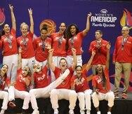La Selección Nacional de baloncesto femenino celebra con la medalla de plata de la AmeriCup.