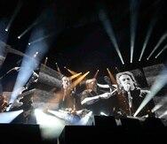 Los integrantes de Soda Stereo, que ya rondan los 60 años de edad, fueron acompañados por una docena de vocalistas invitados en un concierto cargado de nostalgia, donde las canciones se combinaban con videos de Cerati, Bosio y Alberti durante su juventud.