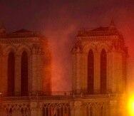 Llamas y humo salen del incendio en la catedral de Notre Dame en París. (AP / Thibault Camus)