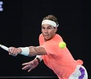 El español Rafael Nadal responde a un tiro de su rival Cameron Norrie, a quien venció este sábado en tercera ronda.