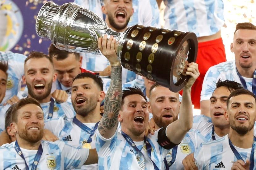 Lionel Messi, de Argentina, alza el trofeo tras la victoria en la final de la Copa América frente a Brasil, el sábado 10 de julio de 2021, en el Maracaná.