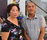 Vance McElhinney junto a su madre biológica, Le Thi Anh, de 64 años, con la que se ha reencotnrado en Quy Nhon, en el centro de Vietnam, tras una separación de más de 40 años (EFE/Eric San Juan).