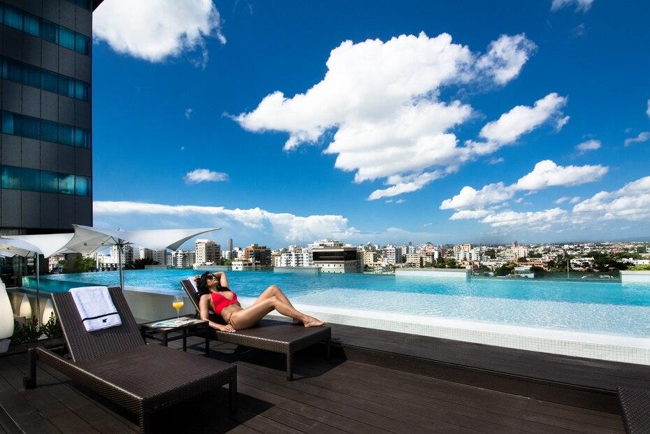El hotel cuenta con una piscina infinity en cristal, ubicada en el piso 14, contigua al restaurante Winston's Grill & Patio.