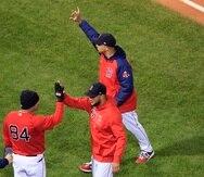 Alex Cora (a la extrema derecha) informó que el abridor por Boston en el cuarto duelo de este martes será el derecho Nick Pivetta.