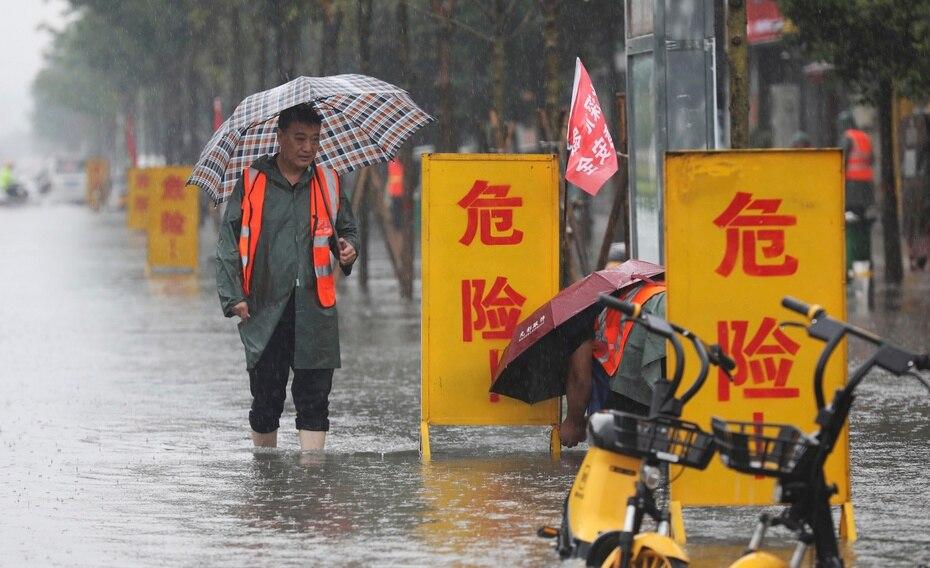 Las previsiones meteorológicas daban fuertes lluvias para hoy y hasta el viernes en Zhengzhou y Henan, pero no están siendo por el momento tan intensas, lo que ha permitido recobrar cierta normalidad en la ciudad y en la provincia.