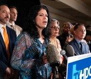 La senadora Carol Alvarado (frente a los micrófonos) y otros legisladores demócratas de Texas que viajaron a Washington para bloquear un proyecto estatal de ley sobre el derecho al voto fotografiados durante una confernecia de prensa en la capital el 14 de julio del 2021.
