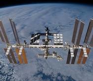La Estacion Espacial es un laboratorio que orbita la Tierra a unos 400 kilómetros de altura desde la Tierra.