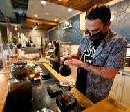 Chris Vigilante prepara un café para un cliente en una de sus cafeterías en College Park, Maryland.