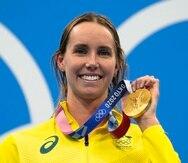 Emma Mckeon, de Australia, muestra su medalla de oro olímpica en los 50 metros libres.