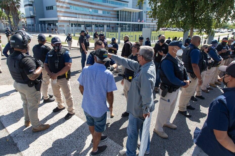 La presencia policíaca frente a la Comandancia de Ponce fue masiva tras la llegada de los manifestantes que protestaban frente a la Técnica.