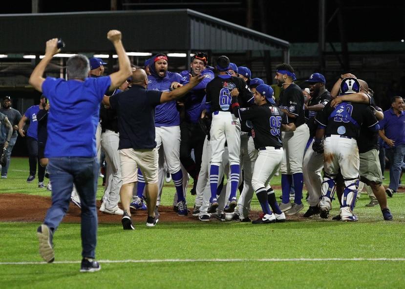 Los Cangrejeros de Santurce vencieron a los Indios de Mayagüez en el quinto juego de la serie final para revalidar el cetro nacional. Ahora representarán a Puerto Rico en la Serie del Caribe que inicia el sábado, 1 de de febrero.