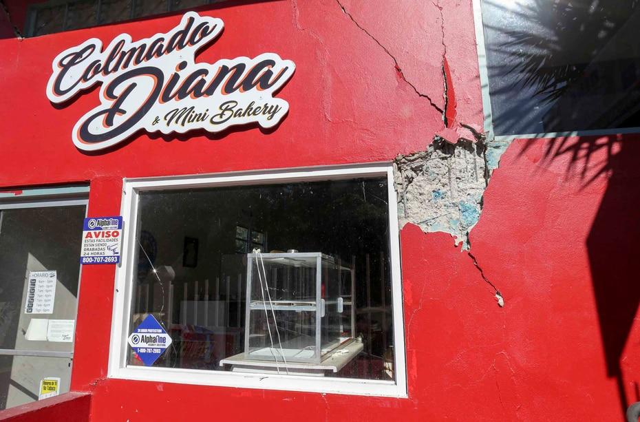 La pared de un negocio en el barrio Tallaboa recibió daños severos a causa del terremoto.