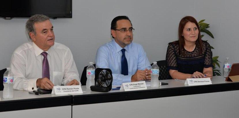 Desde la izquierda: Ramón Ponte, presidente del Colegio de Contadores Públicos Autorizados; Ángel Marzán, copresidente de Asuntos Contributivos de CCPA, y CPA Dennise Flores. (GFRMedia)