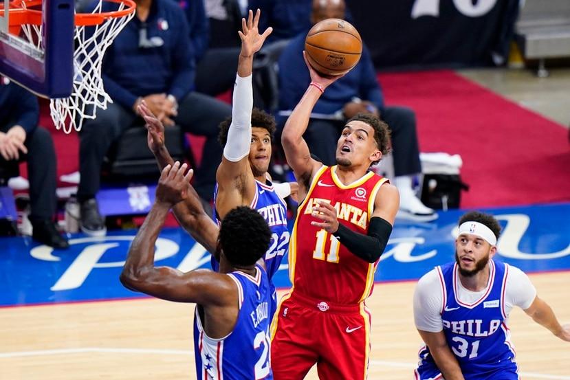 Trae Young se eleva para tirar al canasto contra los Sixers.